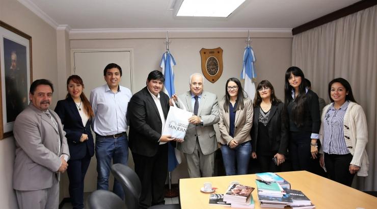 El vicegobernador Marcelo Lima junto a las diputadas Daiana Luna y Amando Días, el secretario Legislativo Mario Herrero, en la entrega de libros al coordinador de la Biblioteca Matías Alvarez.