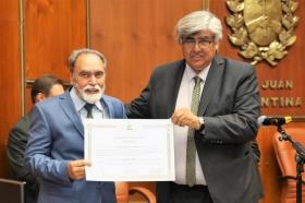El flamante legislador Jorge Palmero (quien reemplaza a Cristina López ahora senadora nacional), recibe el certificado que lo acredita como tal de manos de César Aguilar.